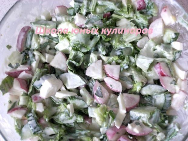 Простой салат из редиски и огурца с яйцами и зеленым луком-5
