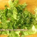 Простой салат из редиски и огурца с яйцами и зеленым луком-3