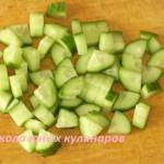 Простой салат из редиски и огурца с яйцами и зеленым луком-1