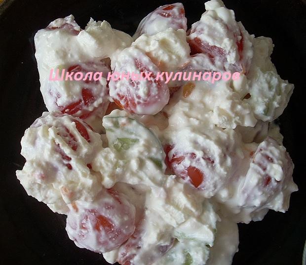 Простой салат из брынзы и помидоров