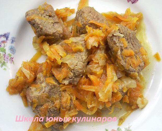 Простая тушеная говядина с луком и морковью