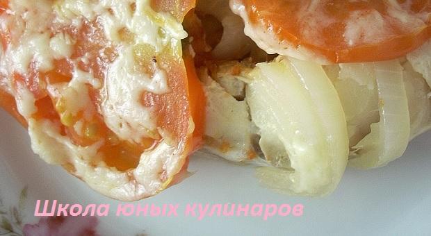 Простая треска с помидорами и сыром