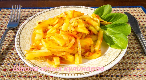 жареный картофель с морковью, луком и чесноком