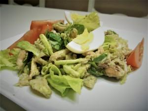 Экзотический салат с авокадо и говяжьем языком