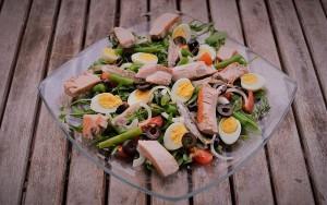 Необычный салат с перепелиными яйцами и тунцом