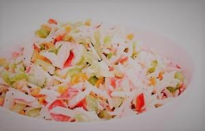 Знаменитый крабовый салат с добавлением крабовых палочек