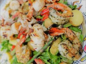 Очень полезный салат из морепродуктов и перепелиных яиц