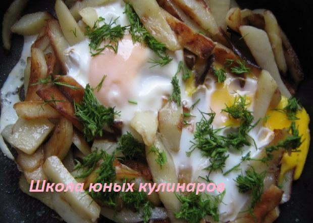 Простая жареная картошка с яйцами. Рецепт с фото