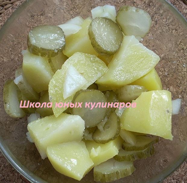 простой салат из соленых огурцов и картошки