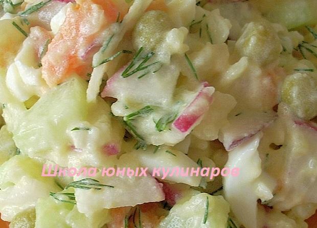 Простой салат с вареной морковкой, картошкой, редиской и огурцами. Рецепт с фото