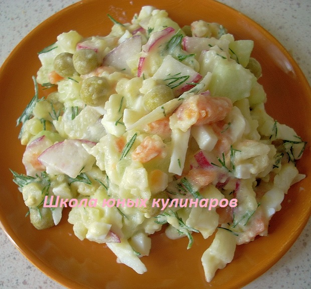салат с вареной морковкой, картошкой, редиской и огурцами