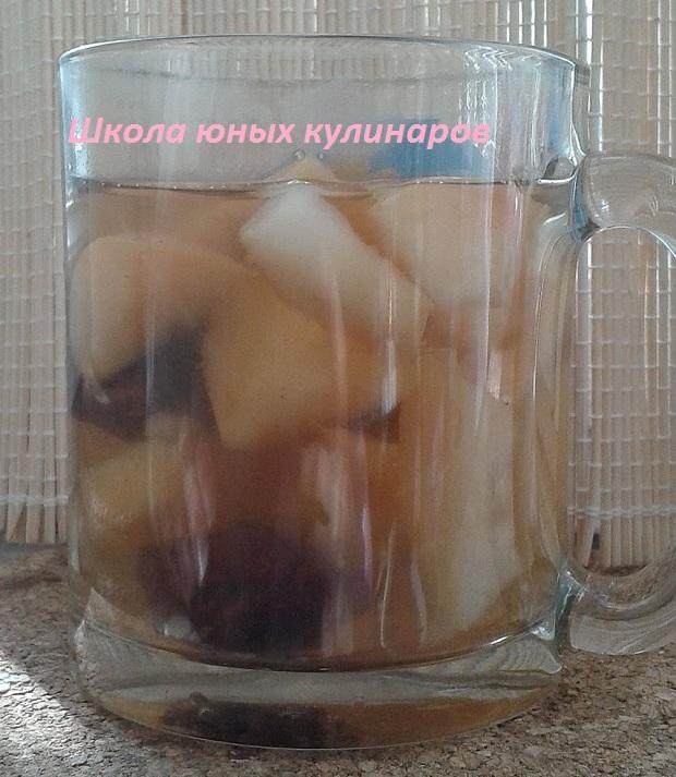 Простой зимний компот из чернослива и яблок с пряностями