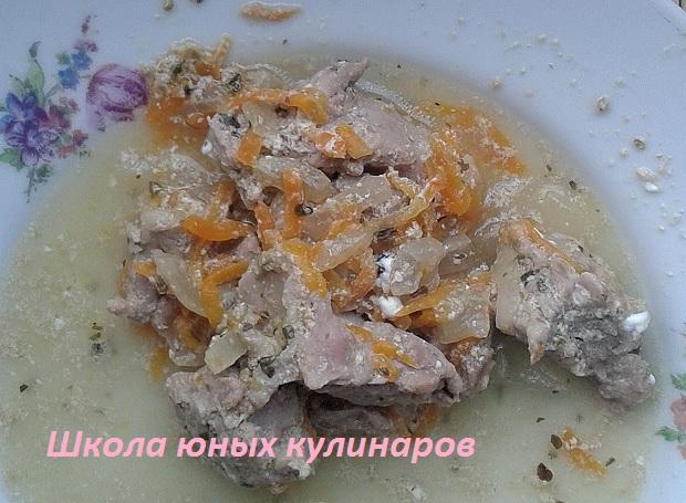 Простая голень индейки, тушеная в сметане с морковью и луком