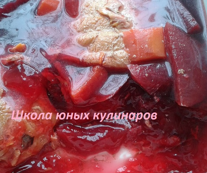 Простой заливной сазан с морковью и свеклой в мультиварке