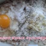 куриный фарш с яйцом, манкой и чесноком