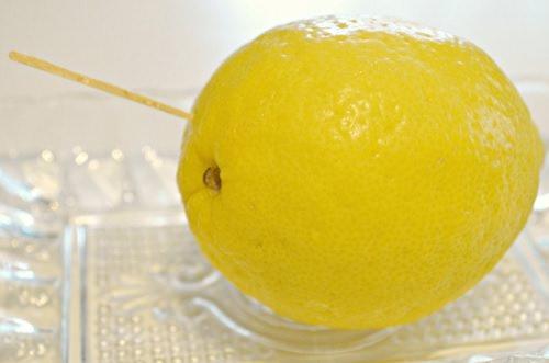 лимон, протыкаемый зубочисткой