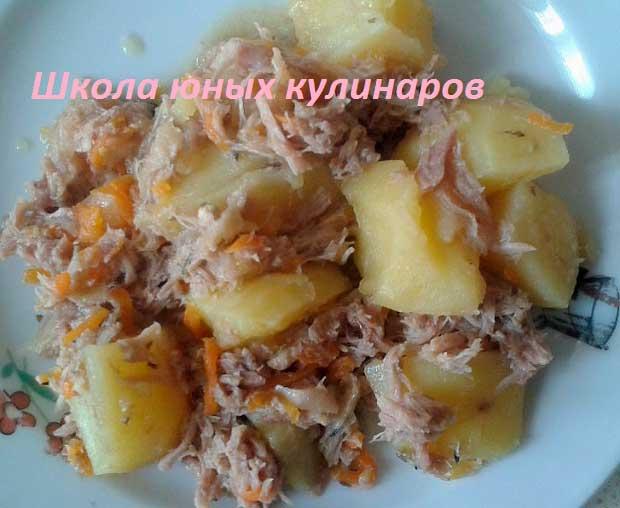 тушенка и картошка, приготовленные в мультиварке