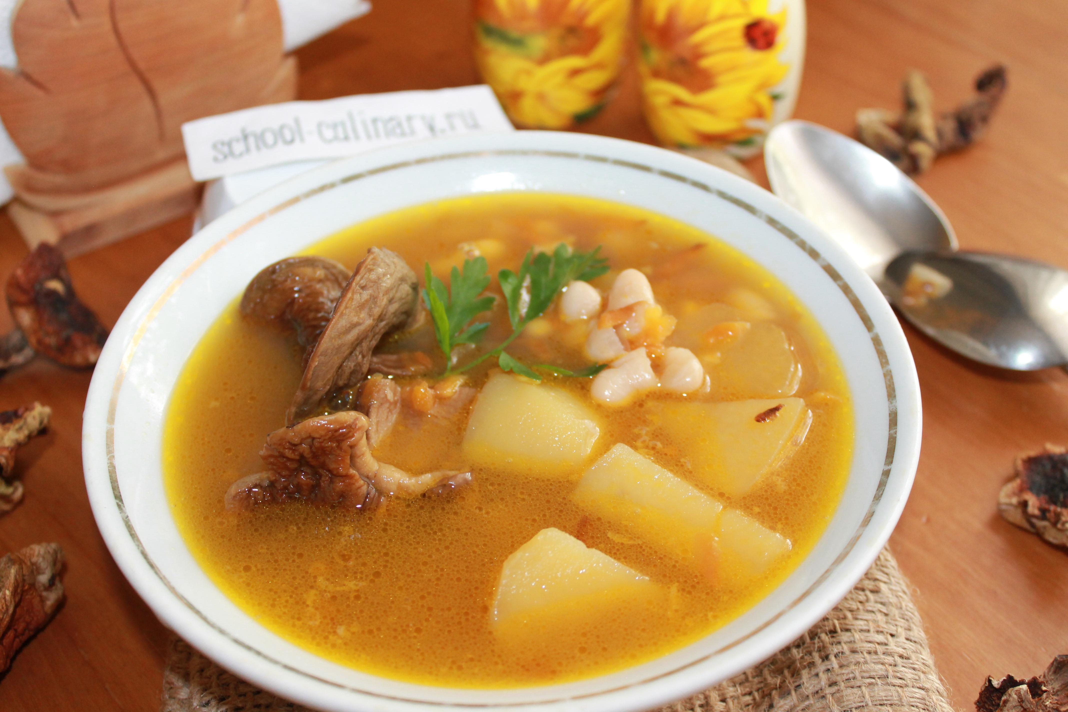 Суп фасолевый с сушеными грибами, картофелем, морковью, репчатым луком и специями