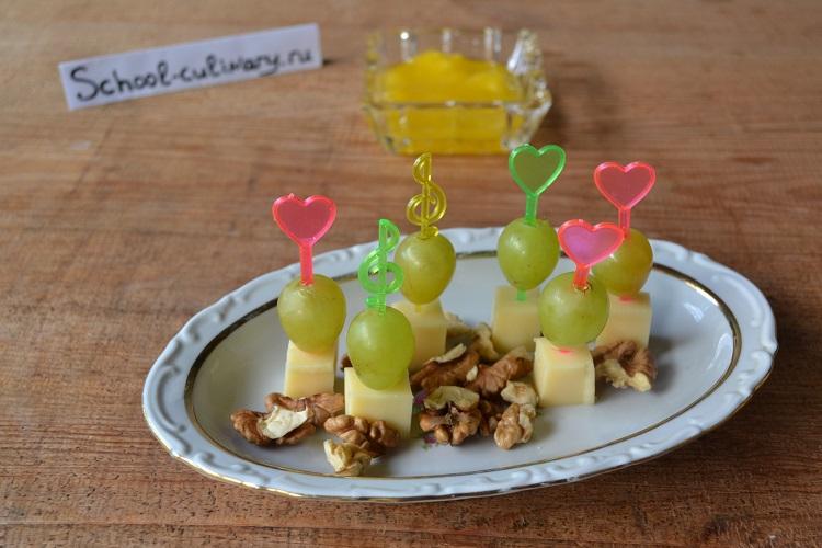 Закуска к вину из винограда и сыра с грецкими орехами
