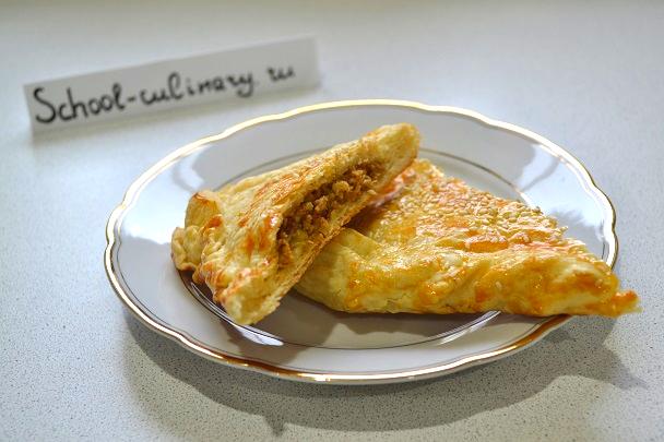 Мясной пирог из слоеного теста с фаршем