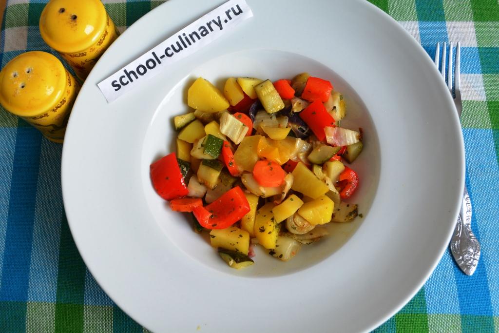 Листовой цикорий, запеченный с овощами