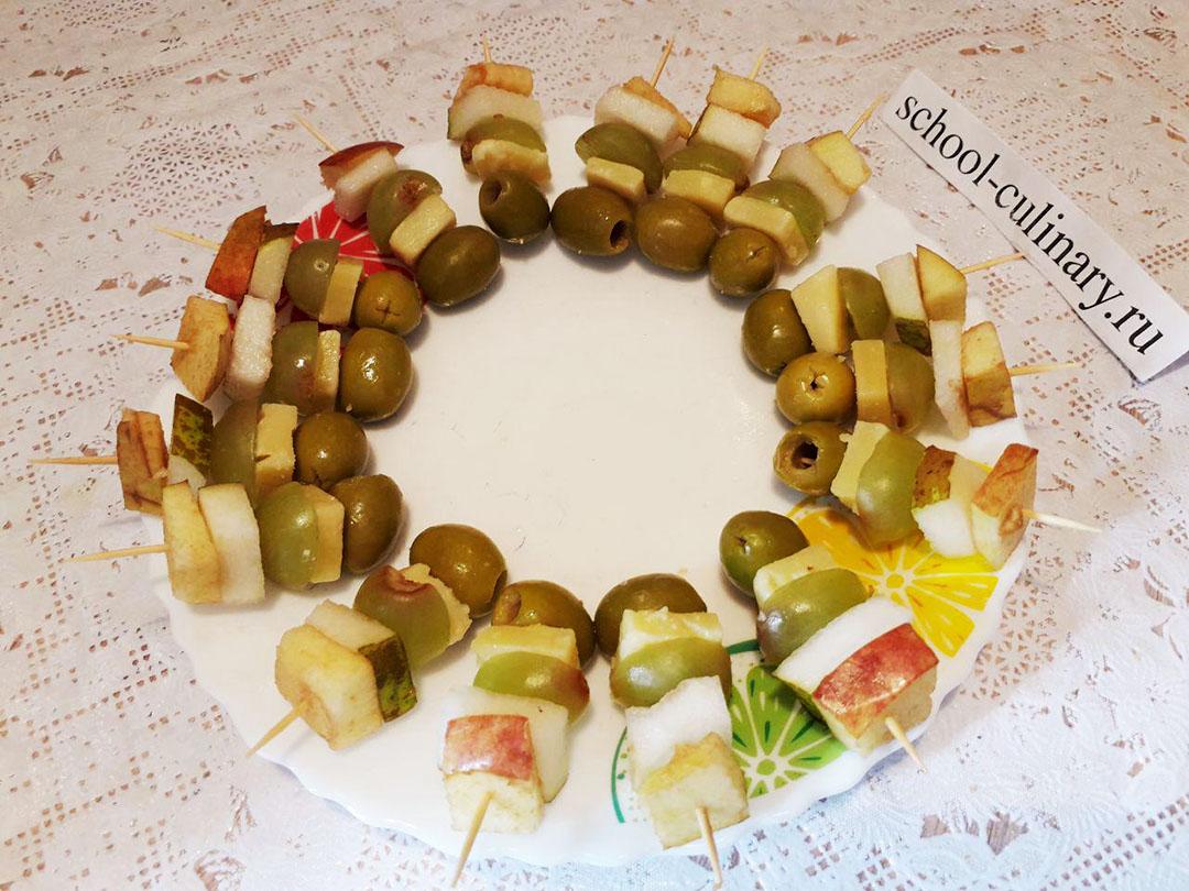 Канапе с оливками, фруктами и сыром