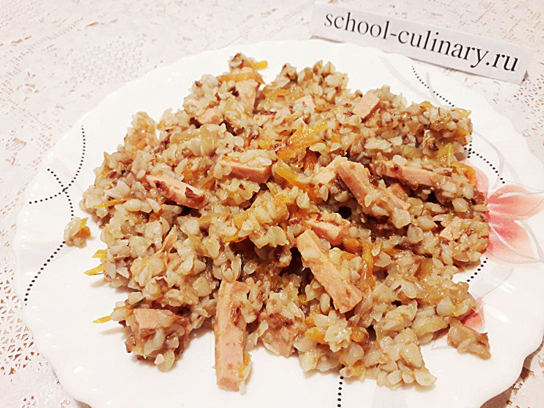 Гречка с овощами и колбасой