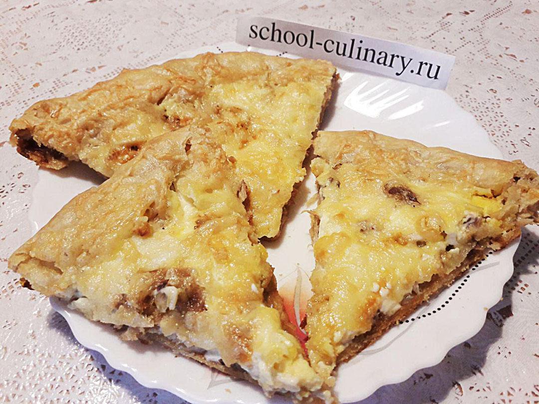 Пицца с жареной скумбрией, сыром и яйцом
