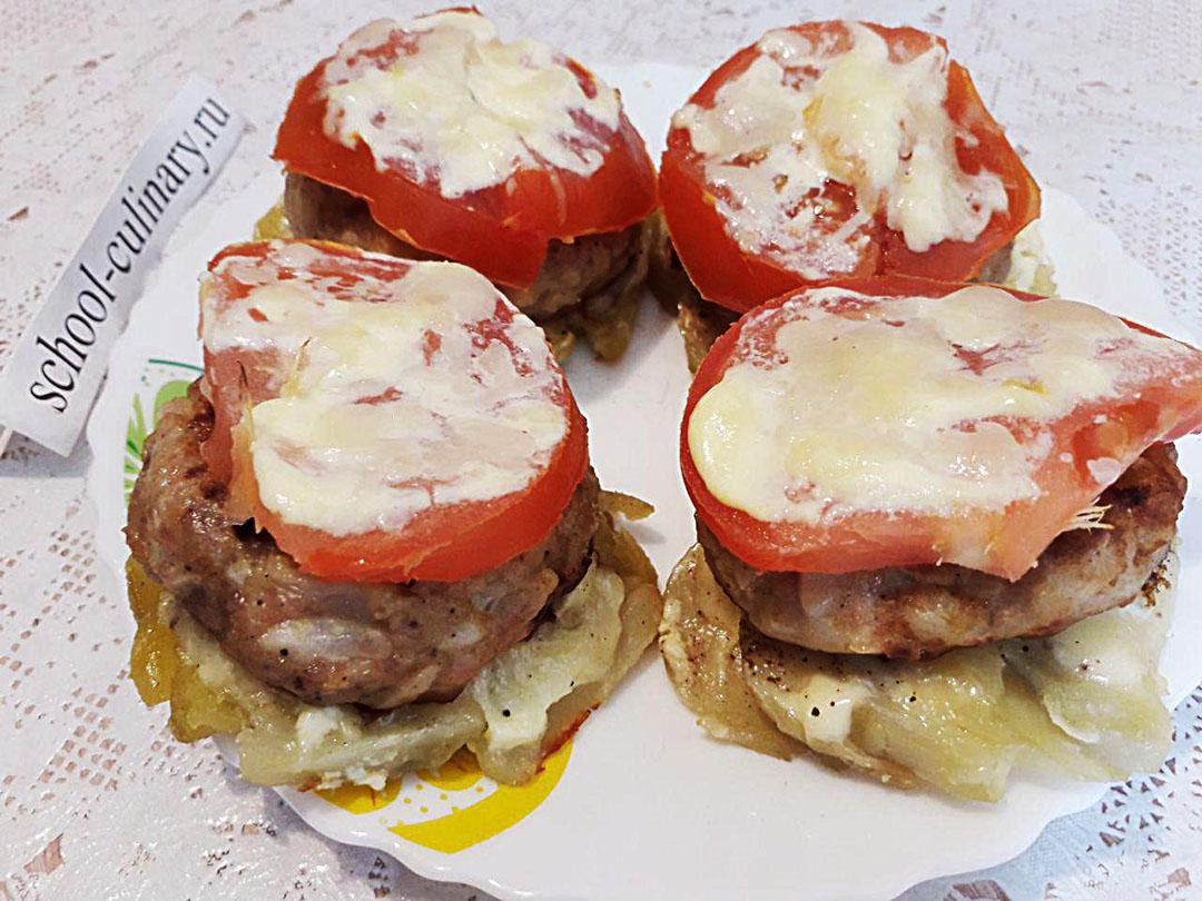 Котлеты из свинины, запеченные с помидором и картошкой