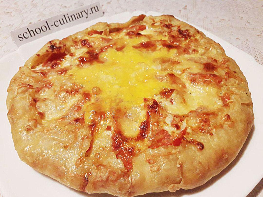 Открытый пирог с картошкой, яйцом и помидором