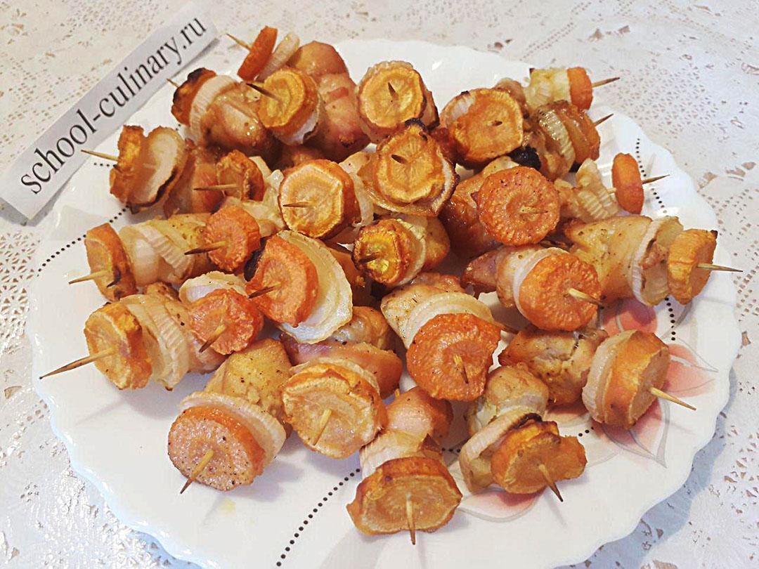 Куриные шашлычки с морковкой на зубочистках