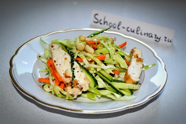 Салат с курицей, овощами и арахисом