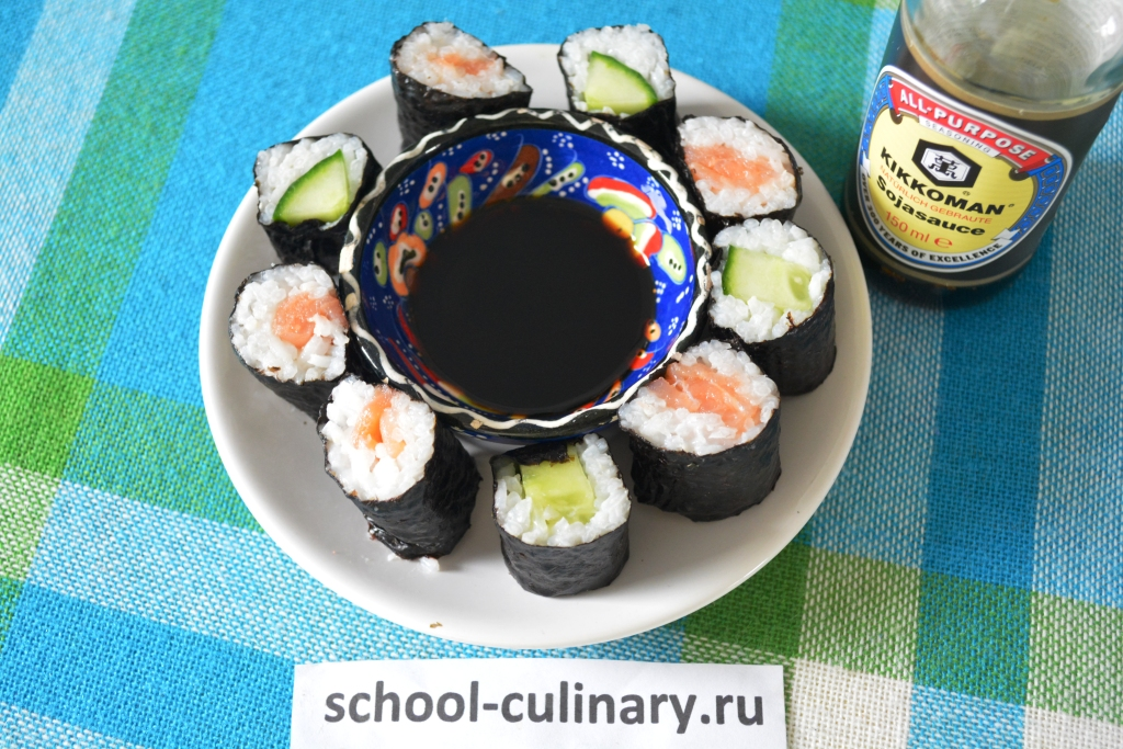 Домашние суши с огурцом и лососем