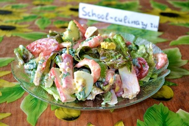 Салат с овощами, крабовыми палочками и креветками