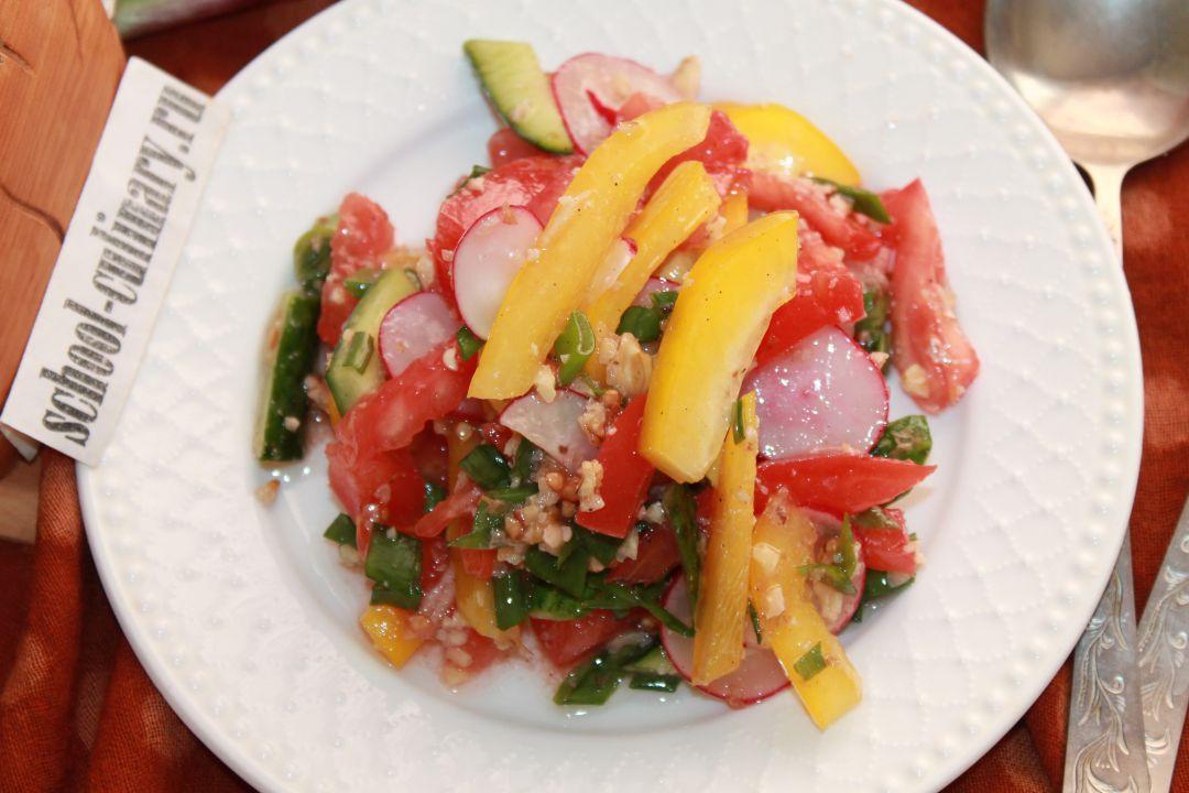 Салат из овощей и орехов
