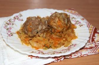 Тефтели из фарша с тушеной белокочанной капустой, луком, морковью, рисом и томатной пастой