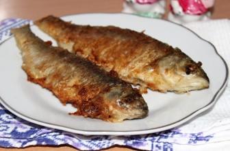Жареная речная рыба красноглазка