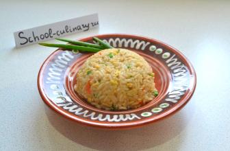 Жареный рис с яйцом чесноком и морковью с имбирем