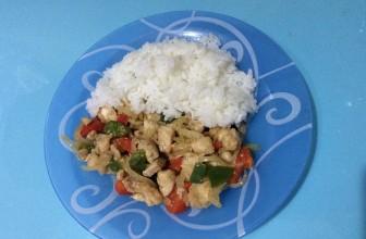Салат из жареной курицы с овощами