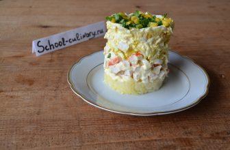 Слоеный салат с крабовыми палочками и картофелем