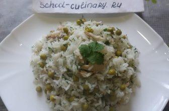 Рис с курицей и петрушкой с зелёным горошком