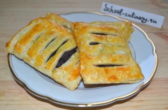 Быстрые слоеные пирожки с вишней