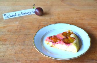 Вкусный бисквит со сливами в фольге в духовке