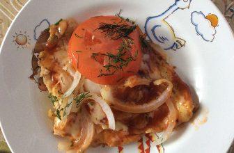 Вкусный и сытный омлет с сыром и соусом на завтрак