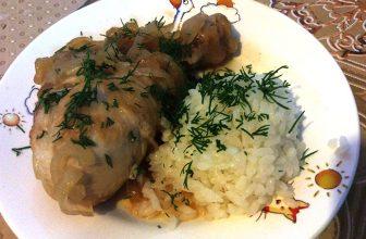 Жареные куриные голени в луковом соусе