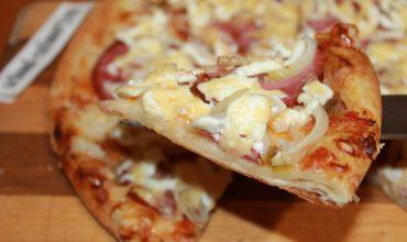 Готовим вкусную пиццу с колбасой и сыром на скорую руку