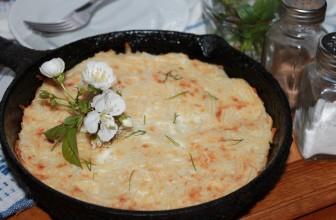Сладкая запеканка из макарон с творогом, сметаной и яйцом на сковороде
