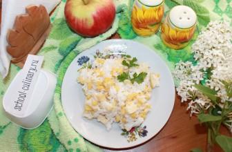 Салат из яблок, риса, лука и кукурузы с майонезом
