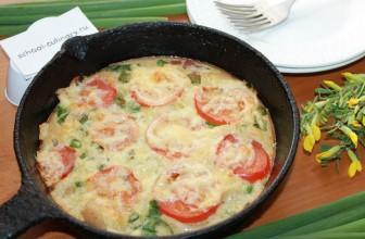 Как приготовить омлет с помидорами и колбасой в духовке