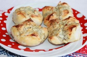 Закусочные булочки с творогом, укропом, чесноком, яйцом и специями на бездрожжевом тесте